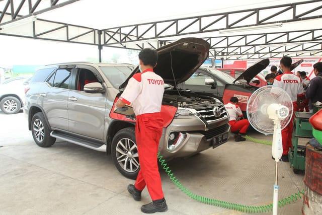 Pemudik pengguna Toyota dapat layanan maksimal di Posko Siaga Toyota. (foto: ist)