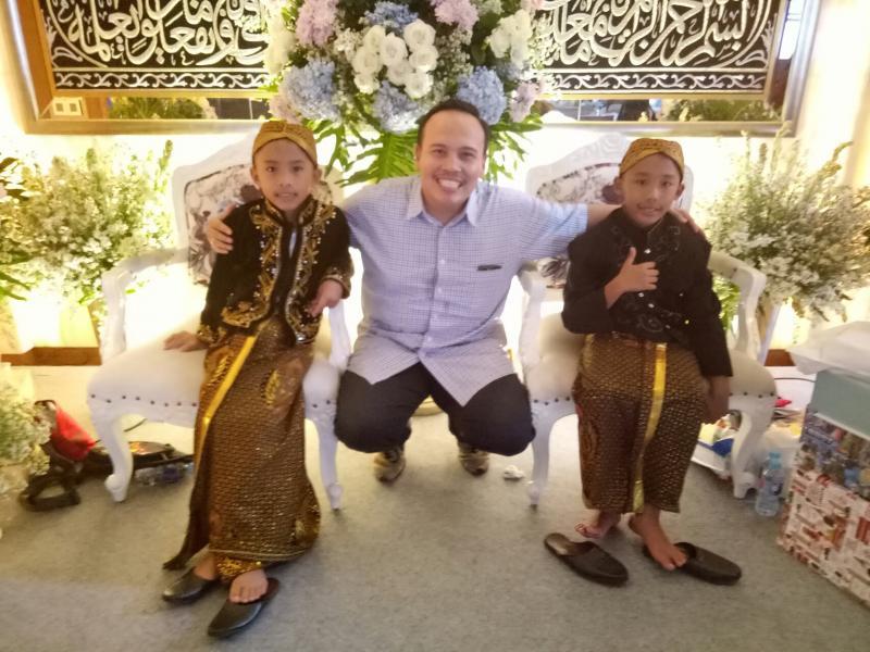 Ricky Sitompul saat di acara syukuran sunatan pegokart cilik Aditya dan Calvin Wibowo di Pondok Indah. (foto : budsan)