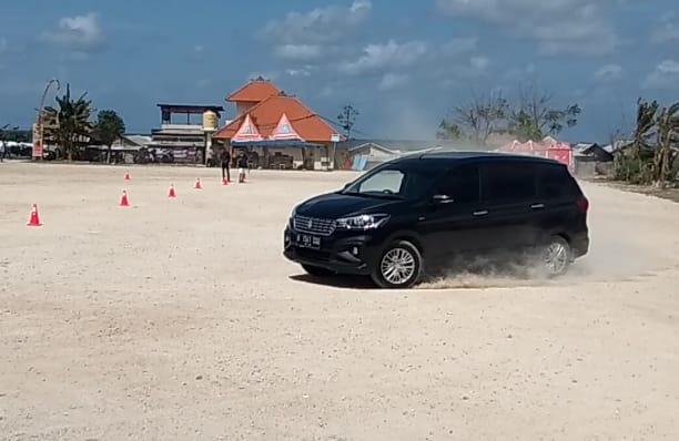 Lewat zig-zag Challenge, kekuatan Platform Baru All New Suzuki Ertiga diuji di Bali. (foto: anto)