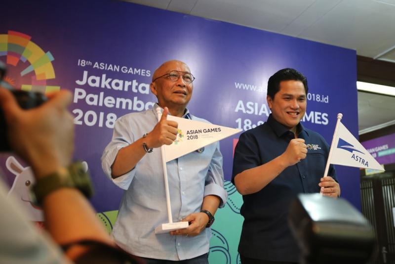 Ketua Indonesia Asian Games 2018 Organizing Committee (Inasgoc) Erick Thohir (kanan) dan Chief of Corporate Communications, Social Responsibility & Security PT Astra International Tbk Pongki Pamungkas (kiri) seusai penandatanganan kerjasama Astra menjadi Official Prestige Partner Asian Games 2018 di Jakarta (4/7)
