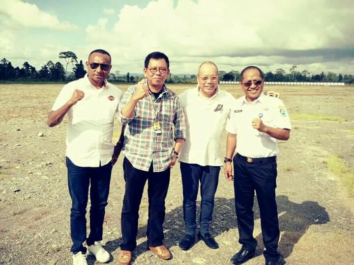 M Riyanto (kiri), Yan Mandenas, Gerry dan Jeffrey JP saat lakukan peninjauan bakal venue balap motor PON di Papua Barat. (foto : ist)