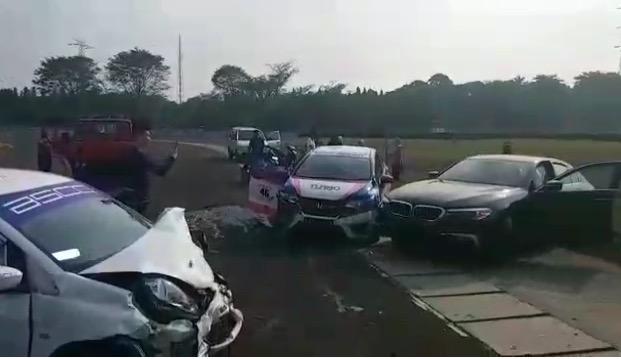 Insiden tabrakan BMW 520i dengan dua mobil balap di R1 Sirkuit Sentul