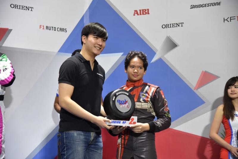 Rava Mahpud menerima trofi sebagai pencetak fastest lap di Singapura. (foto : ist)