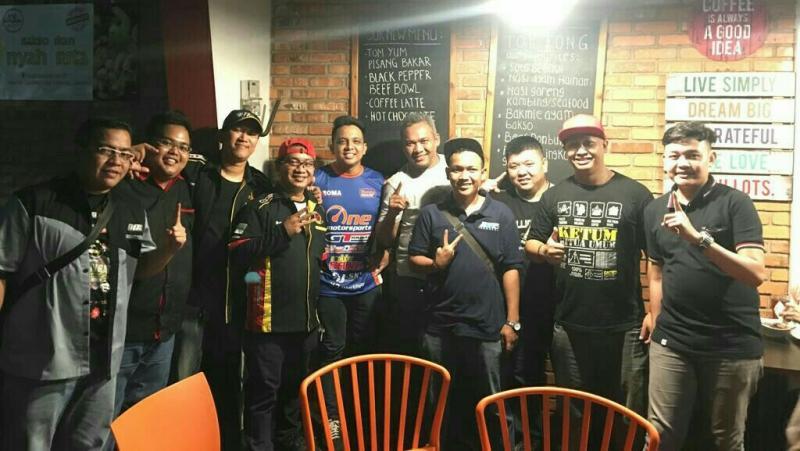 Rizki Andromerdi bersama komunitas Paguyuban Komunitas Mobil Bekasi adakan nobar final World Cup 2018. (foto : ist)