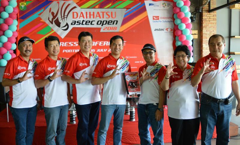 Manajemen PT. Astra Daihatsu Motor bersama panitia bulutangkis. (foto : ist)
