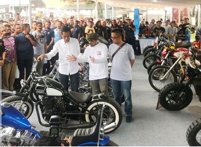 Presiden Jokowi didampingi Panji Maulana, Pemimpin Redaksi Tabloid Otomotif berkeliling area Otobursa Tumplek Blek 2018. (foto: Otomotif Weekly)