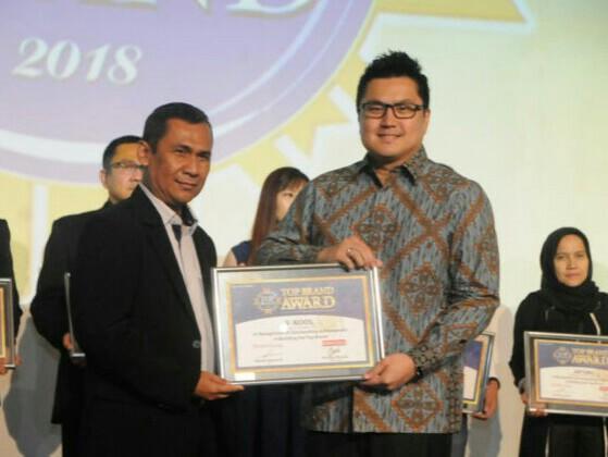 Lianto Winata menerima penghargaan Top Brand Award 2018. (foto : ist)