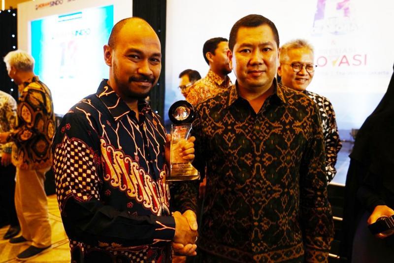 Yulian Karfili, Public Relation Manager PT HPM mewakili Honda menerima penghargaan apresiasi inovasi dari Harry Tanoe, CEO MNC Group. (foto: ist)