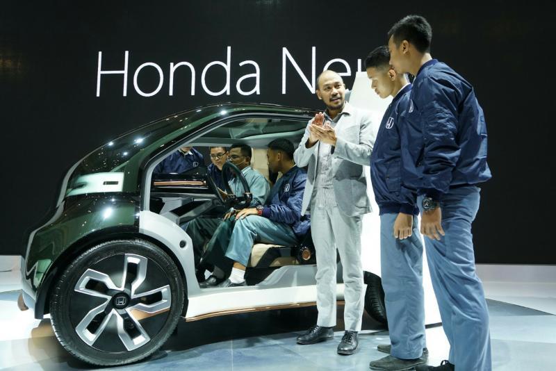 Julian Karfili selaku manajer Public Relation HPM memandu para pelajar sekolah kejuruan di booth Honda. (foto : BS)