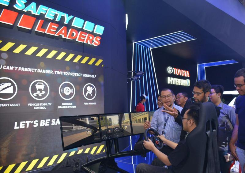 Rouli Sijabat selaku Head of Public Relations PT. TAM memandu peserta Student Day Safety Driving  di booth Toyota. (foto : BS)