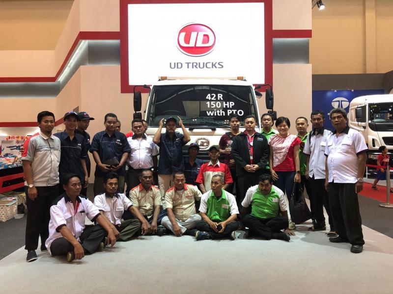 UD Trucks berikan apresiasi kepada para pengemudi ekspedisi di GIIAS 2018. (foto: ist)