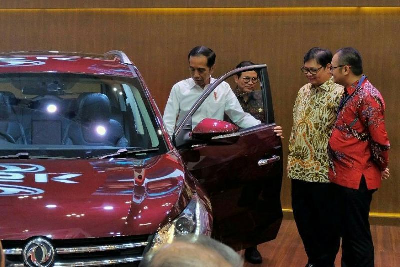 Presiden Jokowi saat mengunjungi booth DFSK di GIIAS 2018. (foto : BS)