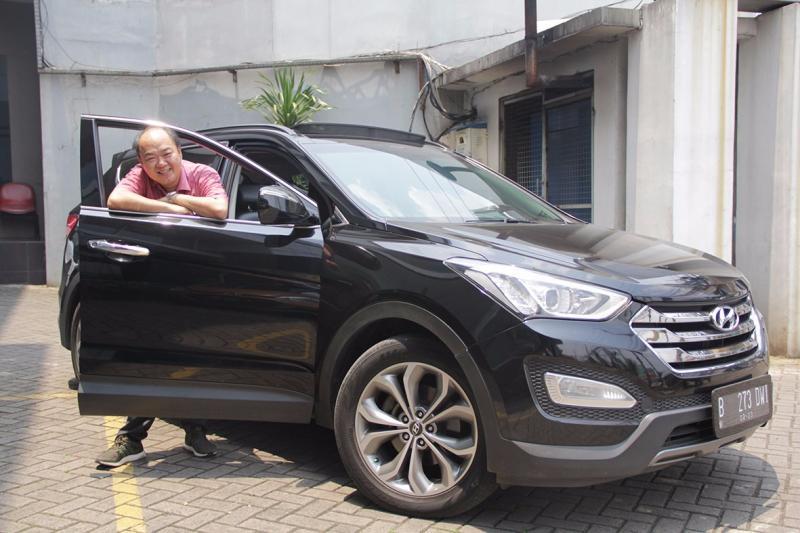 Edi Santoso, semakin cinta dengan Hyundai Santa Fe. (foto: Hyundai)