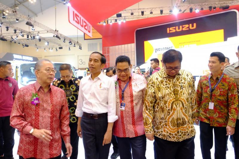 Presiden Joko Widodo kunjungi booth Isuzu di hari pembukaan GIIAS 2018
