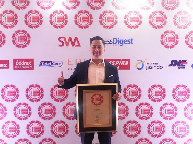 Leonard Gozali, Head of Marketing Division PT Gajah Tunggal Tbk menerima penghargaan Indonesia Brand Original 2018. (foto : ist)