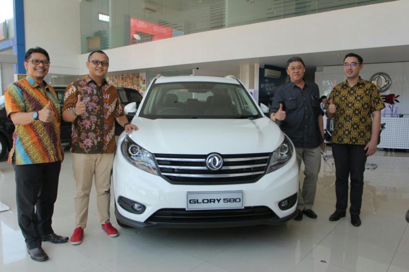 Dealer DFSK Makassar diresmikan Franz Wang dan Permata Islam. (foto : dfsk)