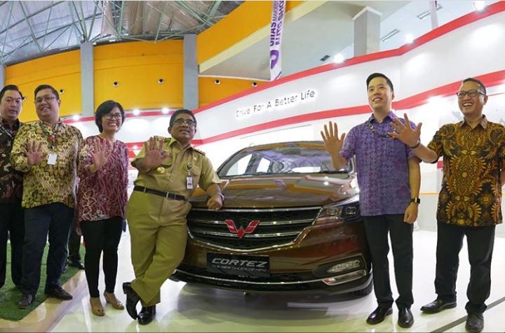Manajemen Wuling Motors bersama Dr. Soni Sumarsono (tengah), Plt Gubernur Sulawesi di GIIAS Makassar 2018. (foto: ist)