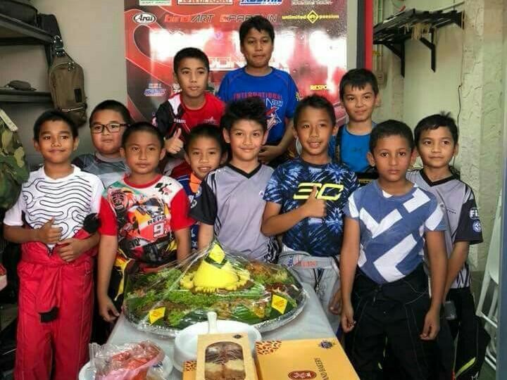 Kimi Rae (tengah) bersama teman-teman pegokart Cadet dan Mini Rok. (foto :  Mahata)