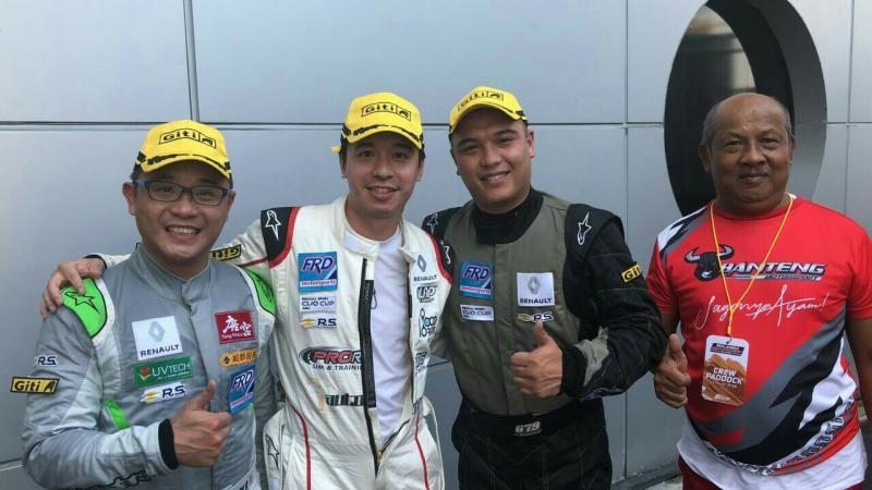 Audi Madradi (dua dari kanan) didampingi Eddy Apjay dari Banteng Motorsport. (foto : ist)