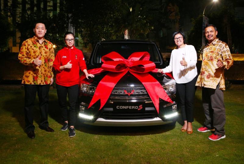Manajemen Wuling Motors Indonesia secara simbolis menyerahkan MPV Confero kepada Lindswell Kwok. (foto: felix)