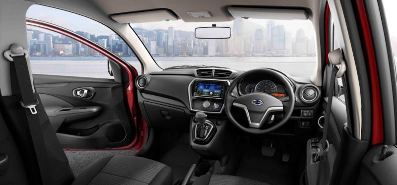 Datsun CROSS punya desain dasbor baru, banyak tempat penyimpanan barang. (foto: anto)