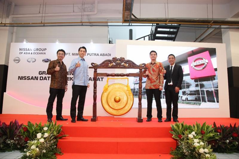 Manajemen PT Nissan Motor Indonesia meresmikan diler baru Nissan Retail Concept di Bekasi. (foto: ist)