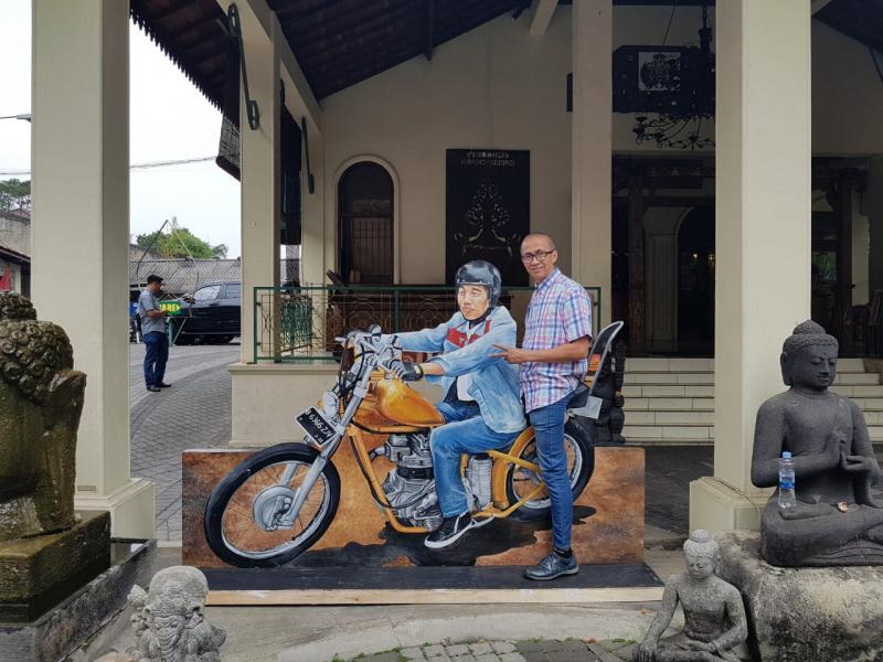 Photo booth Jokowi dengan motor chopper bisa ditemui di Balai Sarwono. (foto: ist)