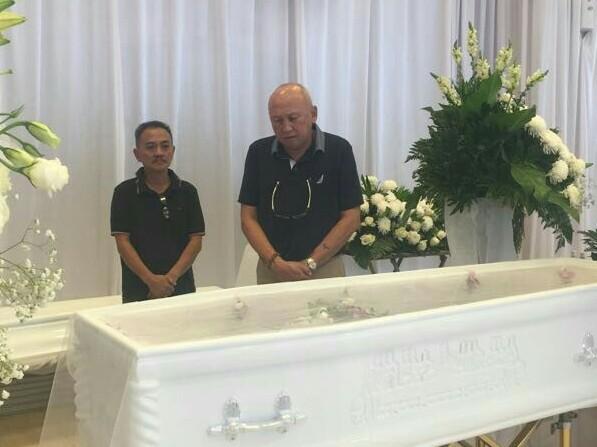 H. Tinton Soeprapto didampingi Stevi (putra almarhum) panjatkan doa di depan peti jenazah. (foto : dok)