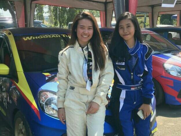 Dina (kanan) dan Felicia, menambah jam terbang di Kejurnas MLDSpot Auto Gymkhana Cianjur. (foto : BS)
