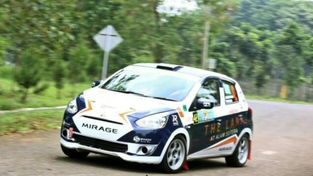 Ario Danu dengan navigator Julian Johan naik podium kejurnas sprint rally tarmac di Sentul. (foto : Ist)