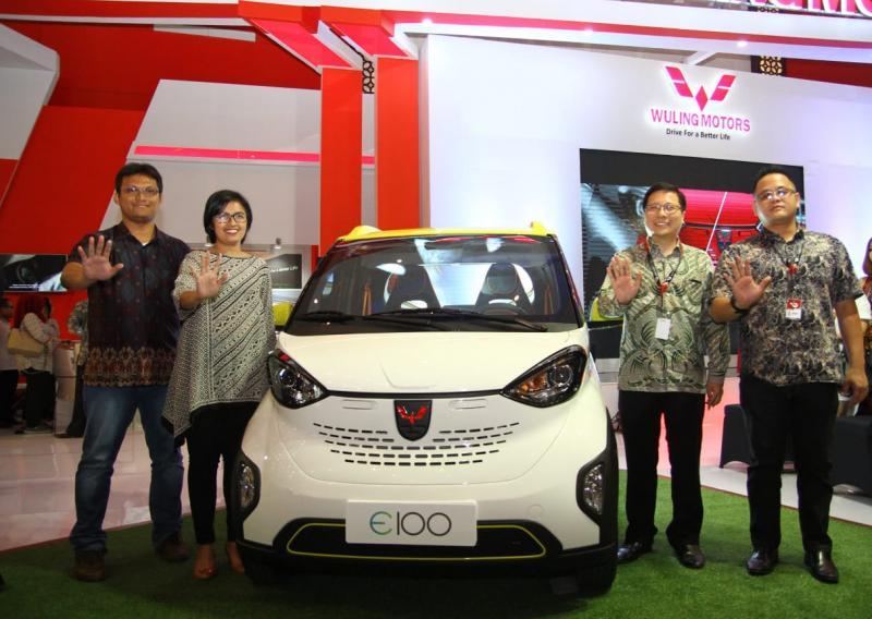 Wuling pamerkan teknologi mobil listrik di GIIAS 2018 Surabaya. (foto: Felix)