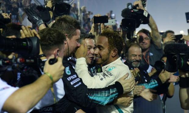 Selebrasi Hamilton usai memenangi F1 GP Singapura