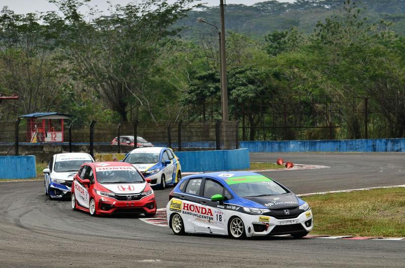 Persaingan ketat terjadi antara Rio SB versus Fitra Eri di Honda Jazz Speed Challenge kategori Master. (foto : ist)