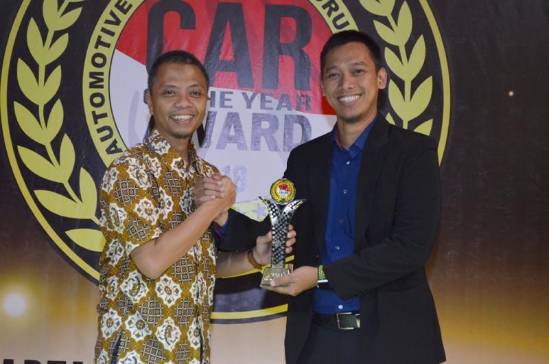 Ketua Umum Forwot, Indra Prabowo (kiri) berikan trophy Forwot Car of the Year 2018 kepada perwakilan Mitsubishi Indonesia