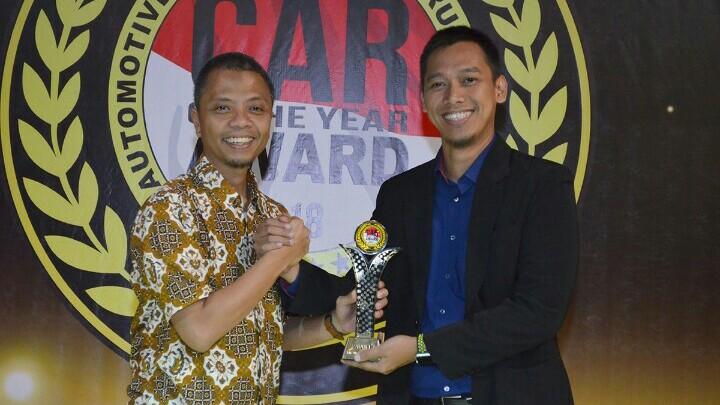 Ketua FORWOT Indra Prabowo serahkan trofi kepada Bambang Kristiawan dari MMKSI. (foto : ist)