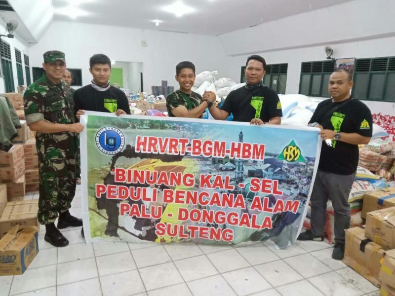 Perwakilan HRVRT bersama personil tentara di gudang penyimpanan bantuan sembako. (foto : ist)