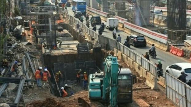 Pekerjaan proyek LRT, simpang Pancoran ditutup 3 hari. (foto : antara)