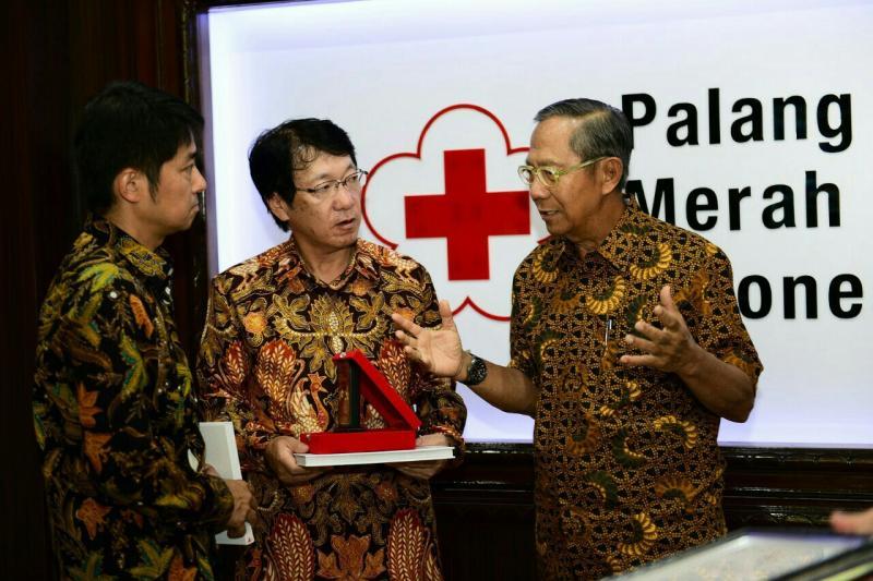 Osamu Masuko usai serahkan sumbangan secara simbolis kepada ketua PMI, Ginanjar Kartasasmita. (foto : ist)