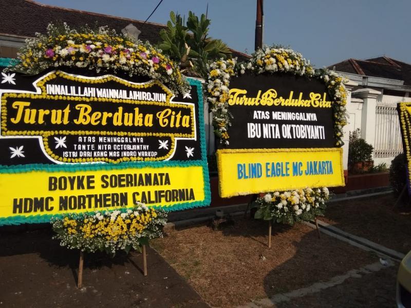 Karangan bunga berdatangan dari banyak komunitas dan klub penggemar motor. (foto: anto)