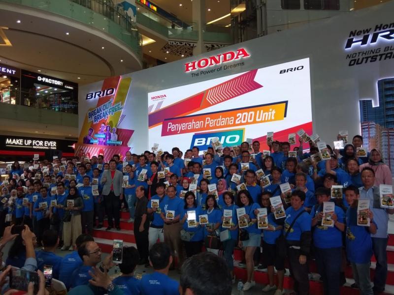 Kunci mobil langsung diserahkan kepada 200 pemilik pertama Honda All New Brio. (foto: anto)