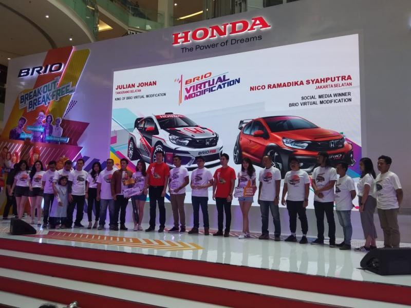 10 Finalis kontes Honda Brio Virtual Modification juga mendapat apresiasi dari PT. HPM. (foto: anto)