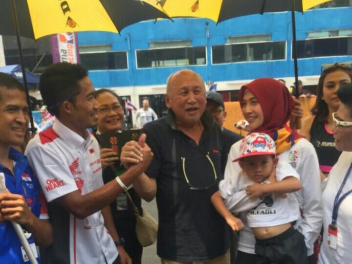 Fadly, istri, anak dibawa H. Tinton ke tengah sirkuit saat opening ceremony ARRC di Sentul. (foto : albert donovan)