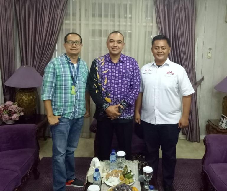 Redaksi Mobilinanews.com bersama Ahmed Zaki Iskandar (tengah),  Bupati Tangerang di Pendopo Tangerang. (foto: ist)