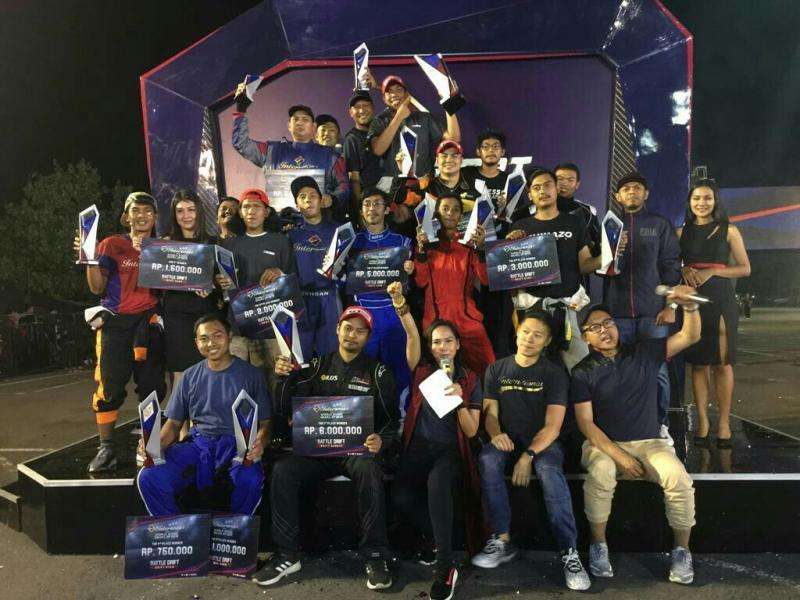 M Irdam bersama para juara kejuaraan Intersport Drift di Bantul, Yogyakarta. (foto : Ist)