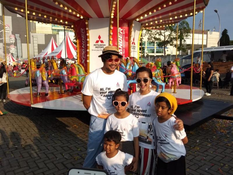Keluarga Sasono sebagai Agent of Happiness siap berbagi kebahagiaan bersama warga di sembilan kota besar di Indonesia. (foto: anto)