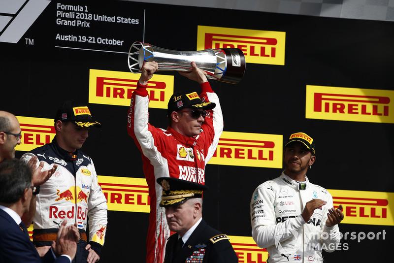 Hamilton (kanan) hanya mampu finish ke-3, selebrasi juara dunia sementara harus ditunda (ist)