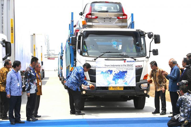 Menperin Airlangga Hartarto meresmikan ekspor All New Ertiga di pabrik Suzuki Cikarang. (foto : ist)