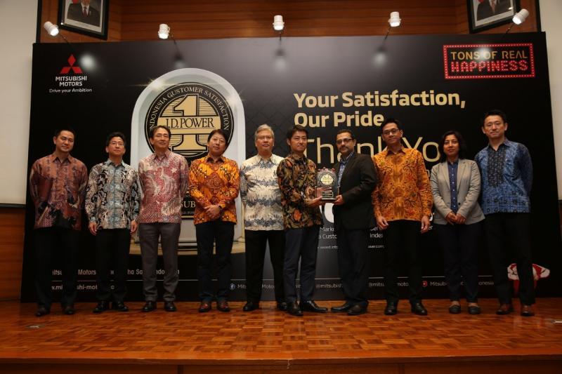 Naoya Nakamura, President Director PT MMKSI menerimakan penghargaan dari J. D. Power. (foto: MMKSI)