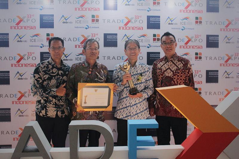 Manajemen PT Suzuki Indomobil Motor menerimakan Penghargaan Primaniyarta 2018 dari Kementerian Perindustrian RI. (foto: Kiki)