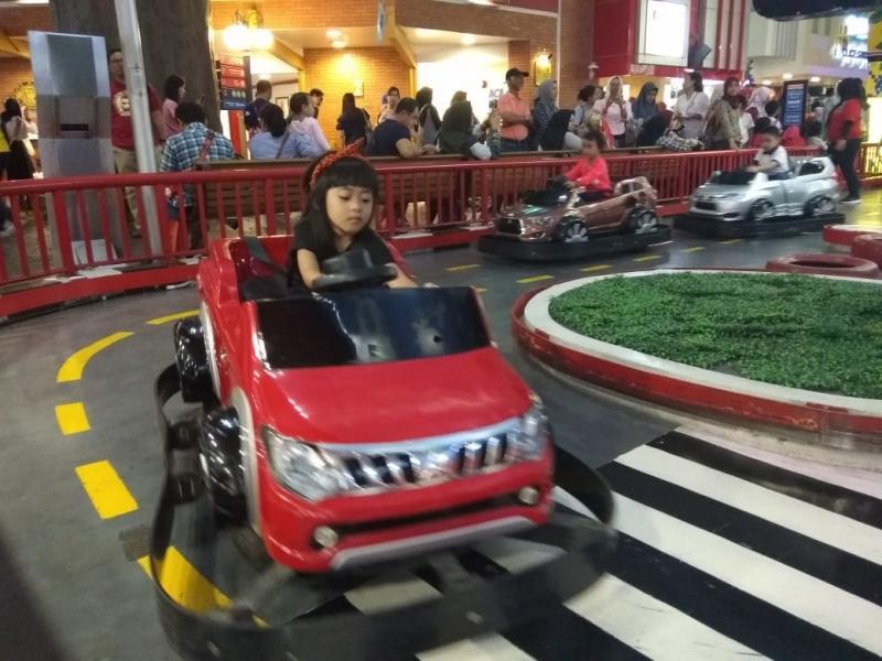 Ada area test drive kendaraan Mitsubishi versi mini bagi anak di KidZania Jakarta. (foto: anto)